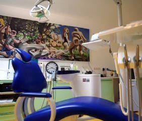 Ordination 2: Dieser Behandlungsraum ist mit einem Bild von Stefan Birkel geschmückt.