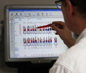 Mundhygiene Floridaprobe. Es handelt sich um ein computergestütztes Befundungs- und Diagnoseprogramm für Zahnfleischerkrankungen.