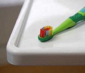 Kinderzahnbürste haben kleine Köpfe und große Griffe. Kinder können nicht selbst Zähne putzen. Das müssen die Eltern übernehmen.